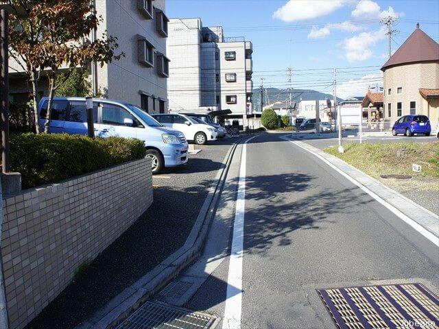 東面道路・平置き式駐車場