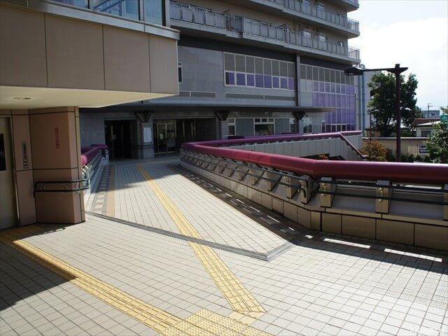 外観・東側、信濃吉田駅への連絡通路