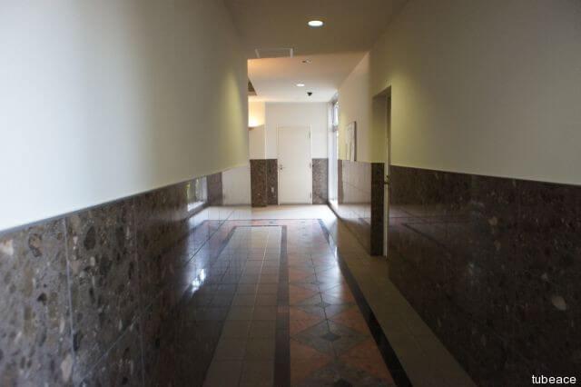 エントランスホールからエレベーターホールへの廊下