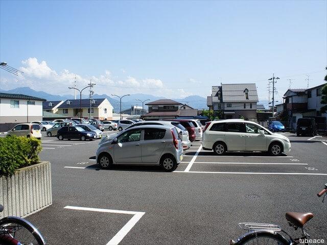 駐車場は各戸に1台分(駐車区画は各戸に割り振られており定位置です。)