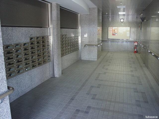 エントランスホール。ダイヤル式ロックのメールボックス