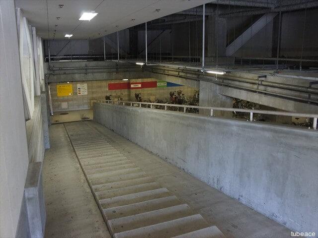 地階の自転車置場、バイク置場へのアプラローチ