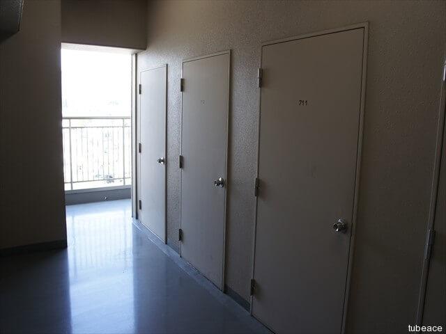 トランクルーム、一住戸に一つあります。天井が高く収納力十分です。