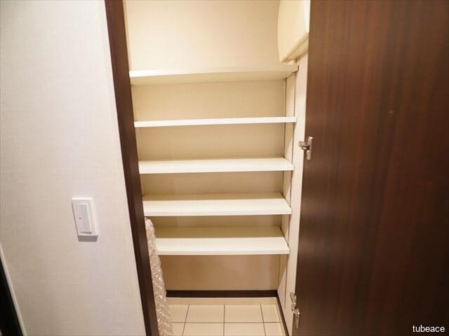シューズインクローク家族全員の靴をたっぷり収納できるので、靴で散らかりがちな玄関を美しく保つことができます。棚の高さはお好みで変更出来ます。
