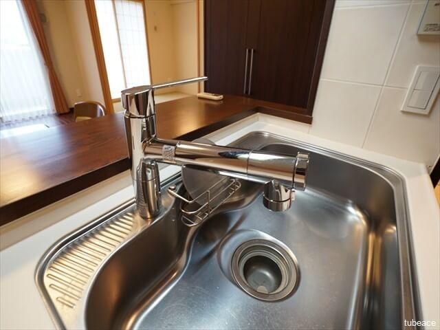 蛇口と一体型の浄水器付きシャワー混合栓。手元操作で浄水・原水・原水シャワーの切り替えが出来ます。