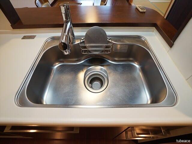 効率よく調理・片付けができる幅80cmのワイドシンク。大きな中華鍋もラクラクあらえるサイズ。シャワー水栓なのでシンクが大きくても隅々まで洗い流すことが出来ます。