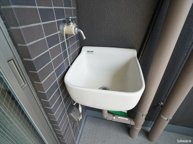 バルコニーにはスロップシンクがあります。植物の水やりやバルコニーの掃除などに便利です。