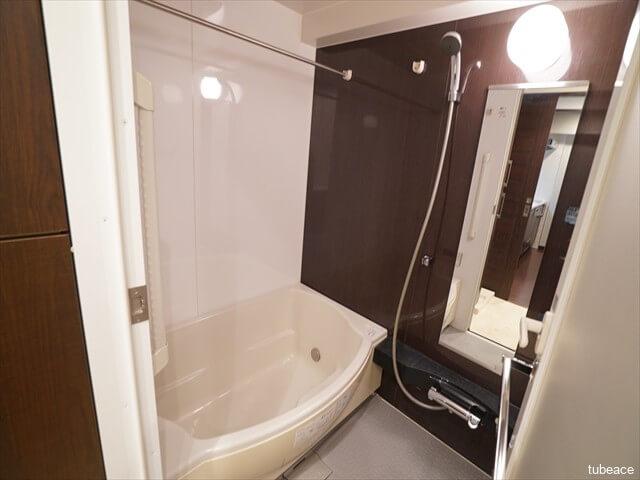 浴室 入浴時の安全性に配慮した手すり&低床バスタブ。