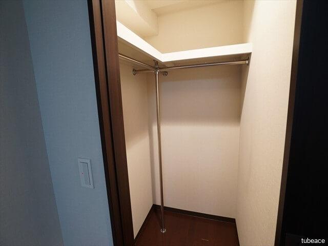 ウォークインクローゼット 入り口は引き戸になっているので、圧迫感がなく、家具レイアウトの自由度が高くなっています。