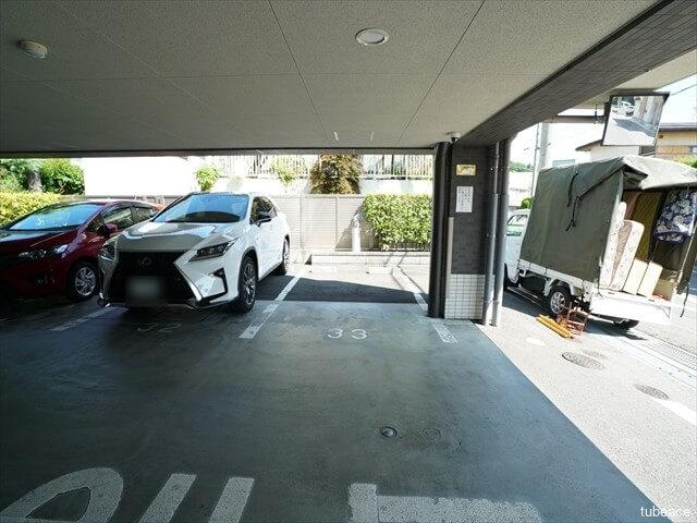 駐車スペースはお部屋に対応して固定位置です。このお部屋は機械式ではなく平置きなのでラクに駐車出来ます。
