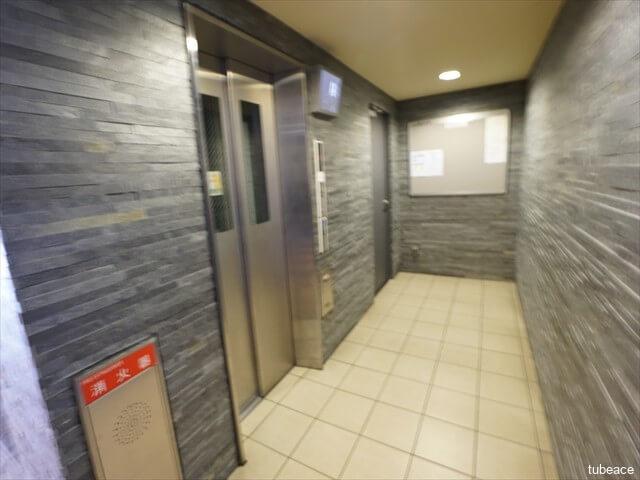 エレベーター防犯カメラや空気清浄機を設置したエレベーター|画像の動きで暴漢によるトラブルを検出する機能、急病で動けない人を見つける機能付き。警告アナウンスやブザー警告、直近階で開く動作を自動で行います。ペット臭や生ゴミ臭を吸収する空気清浄機付き。
