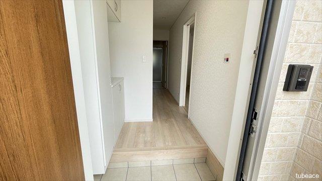 玄関からは居室が直接見えない造りになっており、プライバシー確保にも配慮された間取りです。