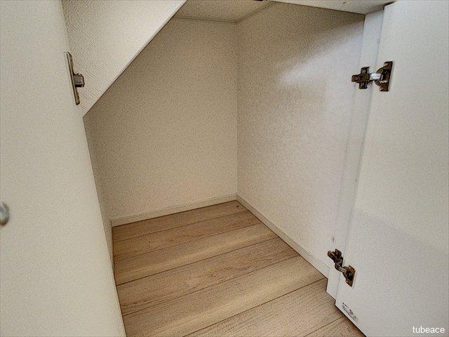 階段下収納もございます。日用品のストックにも大変便利です。