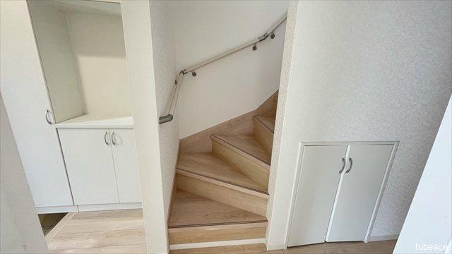 階段には手摺りもあり、小さなお子様のいるご家族にもうれしいですね。