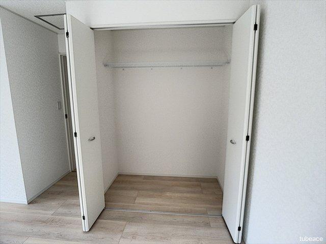 広々としたクローゼットで収納力たっぷり。お部屋に収納家具を置く必要がありませんね。