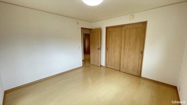 約8帖の洋室には2つの納戸がございますので、収納にも困りません。