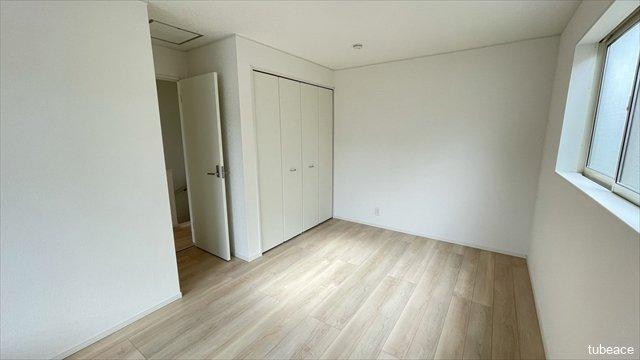約7.2帖の洋室です。2面採光で風通しも良好です。