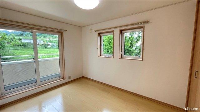 2階6帖の洋室です。2面採光で風通しも良好です。