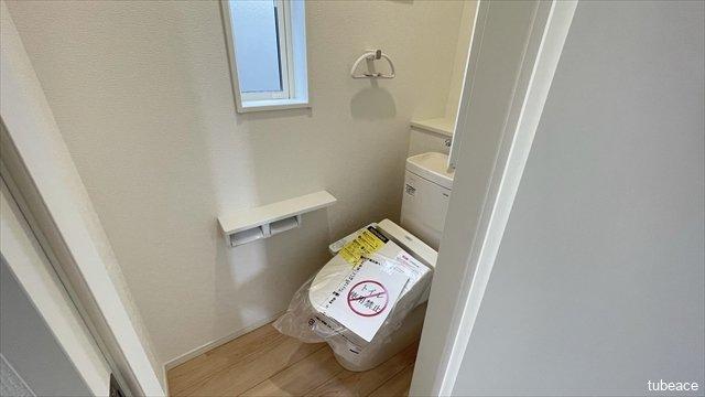 トイレには窓もあり、明るく換気にも困りません。