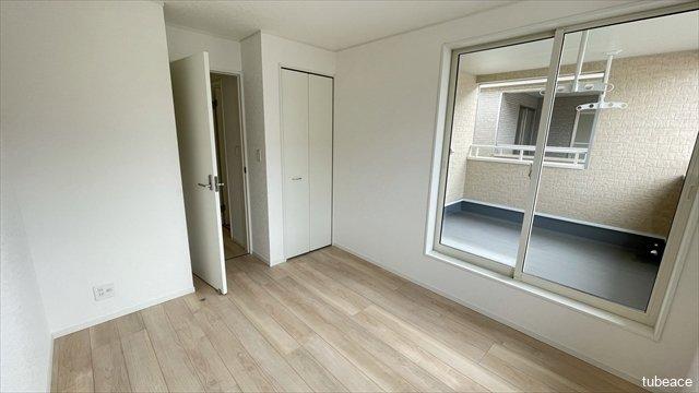 バルコニーに面したお部屋は明るく開放感もございます。