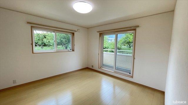 約8帖の洋室です。バルコニーに面しており、明るいお部屋です。