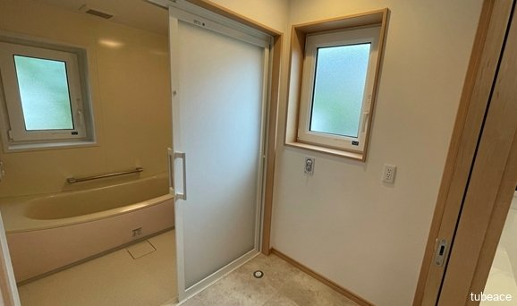 洗面台の隣には洗濯機置き場も用意しております。洗面室は小窓もあり、明るく換気にすぐれております。