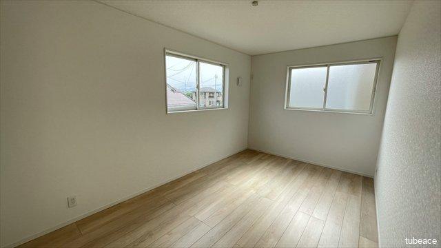 約7.5帖の洋室です。面に窓があり、換気も充分に行う事が出来ます。