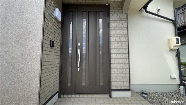 玄関 明り取りのある玄関扉。明るい玄関でご家族を送り迎えできます。
