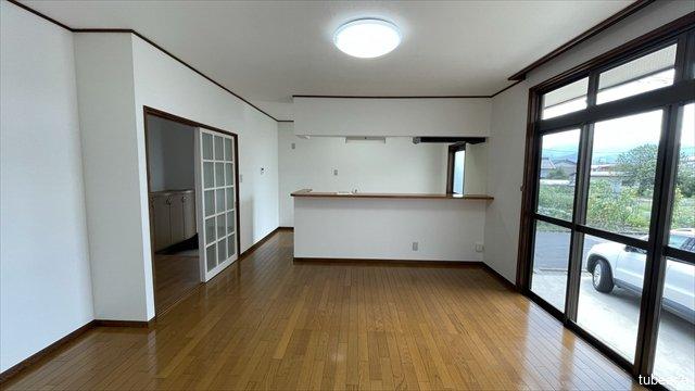 LDK 12.6帖 大きな窓から明るい陽光の差し込むリビングルーム。