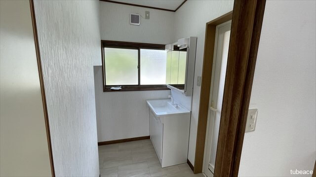 洗面・脱衣室 窓のある明るい洗面室。洗面化粧台は新規交換済みです。