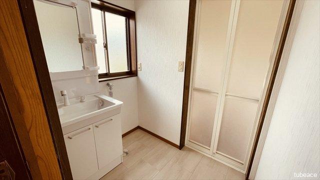 洗面室には窓もあり明るく換気にも困りません。