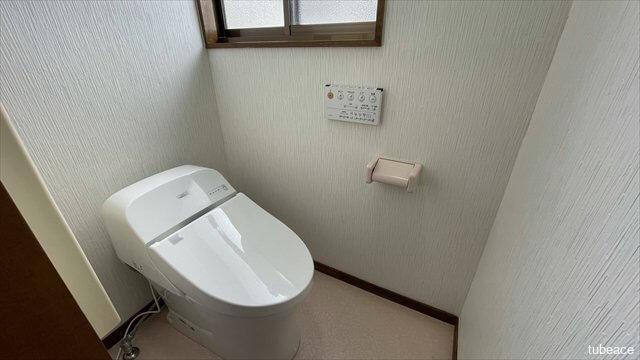 温水洗浄便座付きトイレ。最新のタンクレスでお掃除もラクラク。
