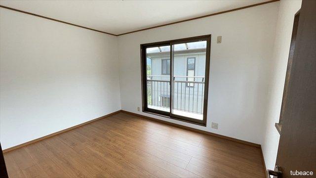 2階洋室はベランダに面し陽当たり良好。2面採光につき気持ちの良い風を感じられそうです。