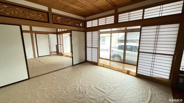 南に面した明るい和室。優しい陽光が入ります。