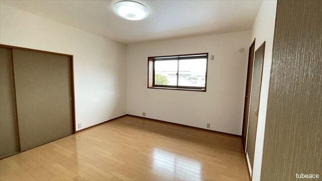 2階洋室は2部屋とも7帖以上の広さがあります。出窓からは明るい日差しが入ります。