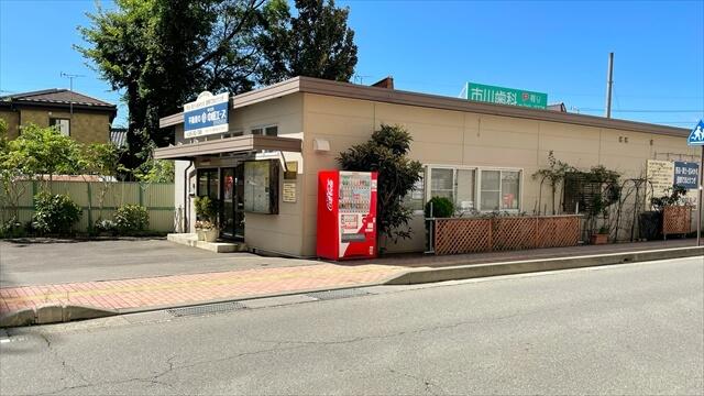 「ノルテながの」と「ながの東急ライフ」の間の道を信濃吉田駅方向に車で入ってくるとライフの駐車場入口あたりで、弊社の看板が見えてきます。